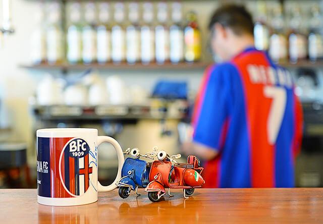 カウンターに飾られたオーナーお気に入りの好きなサッカーチームのマグカップとバイクの置物