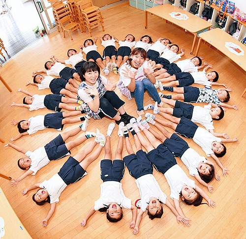 恵光幼稚園の園児と先生
