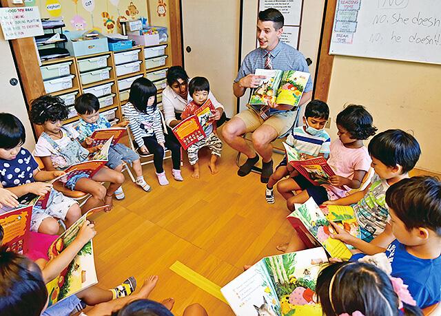 アイエルワイ国際幼児園宇都宮校の絵本を使っての授業の様子