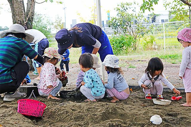 たんぽぽ保育園 砂場で遊ぶ園児