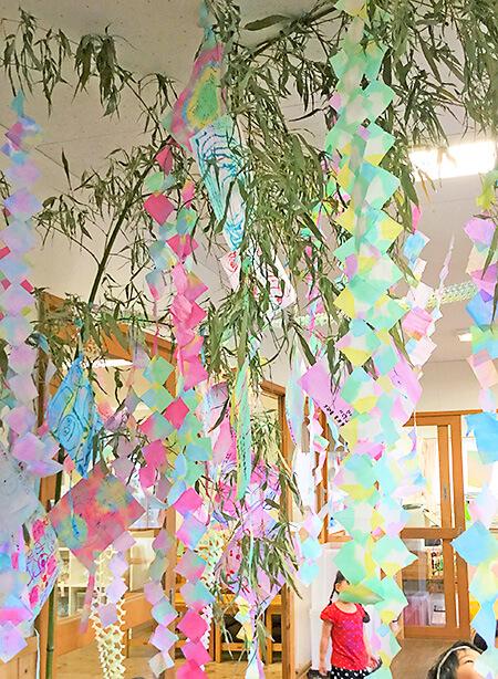 たんぽぽ保育園 園児が折り染めでつくった七夕飾り