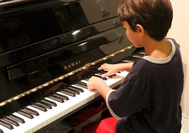 ピアノを弾いている子ども
