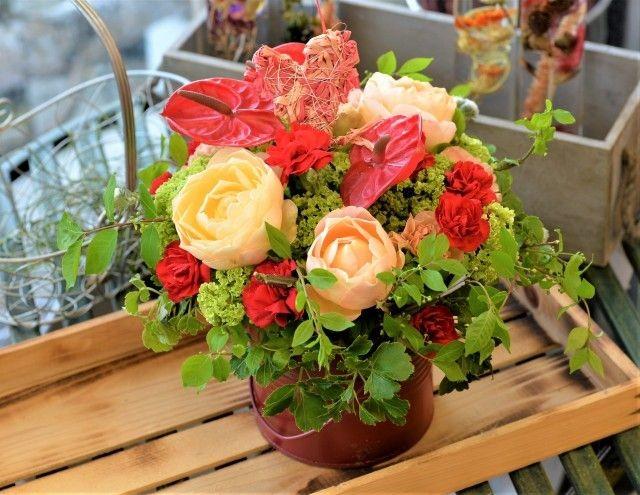 べるふらわぁのバラとグリーンの色合いがおしゃれなフラワーアレンジメント