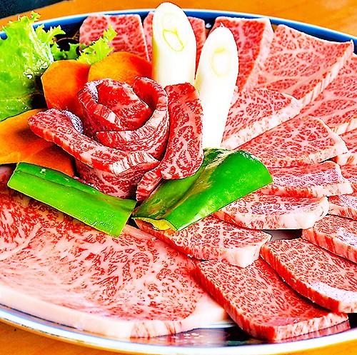 大皿に盛り付けられた焼肉用のお肉