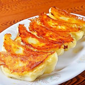 老舗の餃子を食べに芸能人も訪れる「餃子会館 本館」 – PR