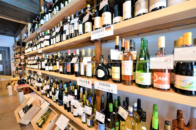 目加田酒店のワイン棚