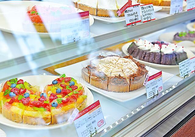 ショーケースに並ぶ色々な種類のタルトケーキ