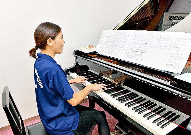 カワイ音楽教室の親子リトミックで先生がピアノで演奏する様子