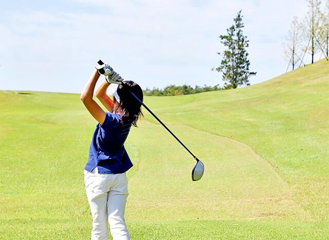 子どもがゴルフしているイメージ画像