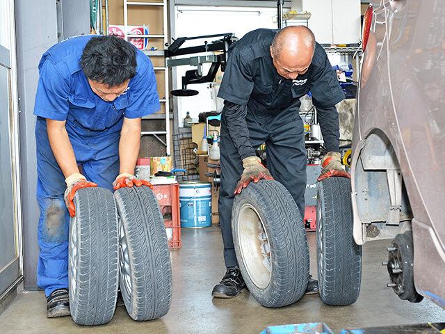 タイヤのすり減り方を見る