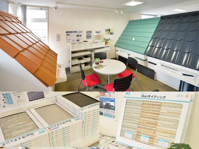 屋根の模型と小さな窓の見本などが置いてある店内の写真