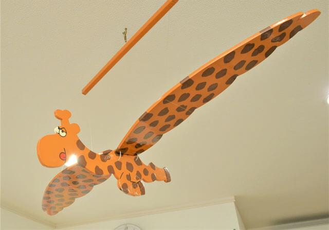 天井からぶら下げられている空飛ぶキリン?の飾り