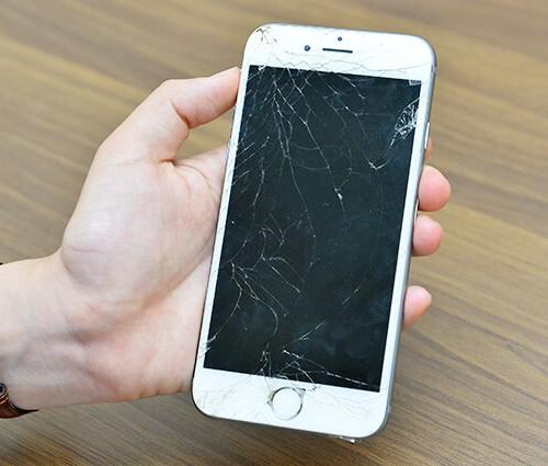 画面がひび割れたiPhoneの写真