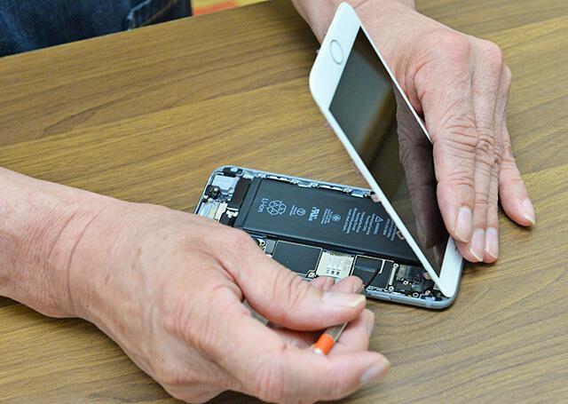 iPhoneを修理している手元