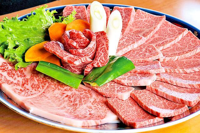 炭火焼肉おおつか皿に盛り付けられたお肉