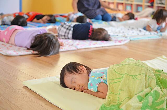 お昼寝している園児たち
