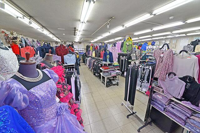 婦人服や社交服が並ぶ店内の様子