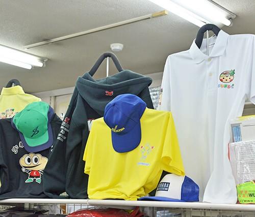 印刷や刺繍がされたTシャツや帽子