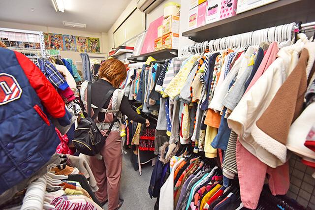 ANGEL PEACEにて子ども服を見ているママ