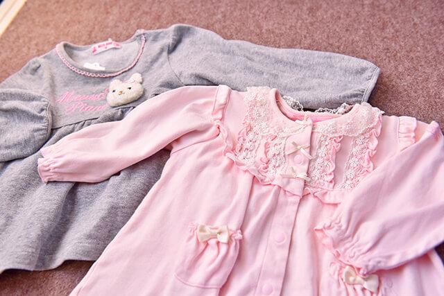 フリルがかわいいピンクの洋服とグレーの洋服