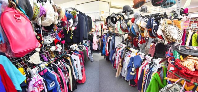 たくさん子ども服が並んだ店内