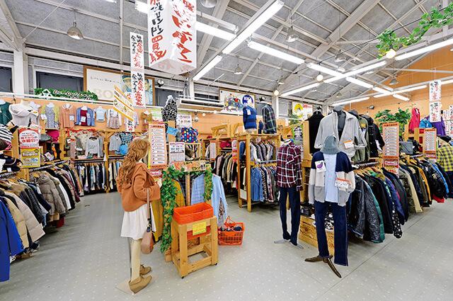 たくさんの洋服が並んだドンドンダウンオンウェンズデイ宇都宮鶴田店内観
