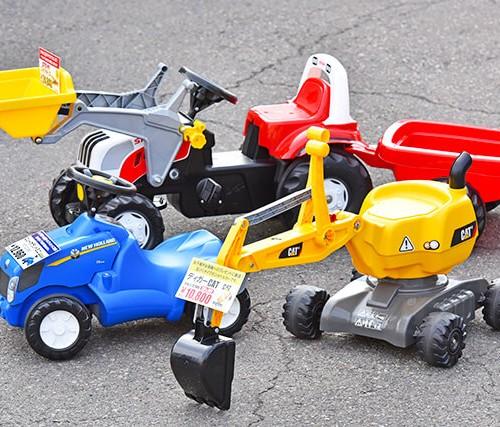 福田機械店で取り扱っているトラクターやショベルカーの玩具