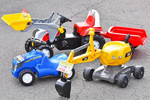 福田機械店で取り扱っているトラクターやショベルカーのおもちゃ