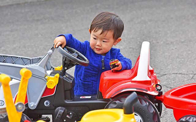 男の子が車のおもちゃで遊んでいる様子