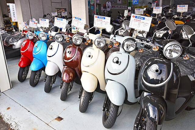 岡モータースで取り扱っている色とりどりのバイク