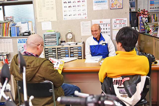 岡社長と来店したお客さんと会話している様子
