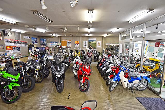 岡モータース店内に並んだバイク