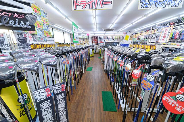びっしりとゴルフクラブが陳列された店内