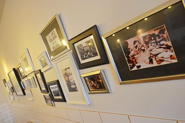 店内に飾られたオーナーが世界を旅して撮影した写真