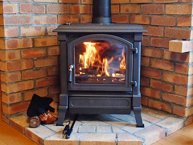 火がともされた薪ストーブ
