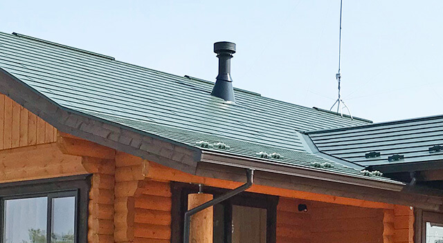 屋根にある薪ストーブの煙突