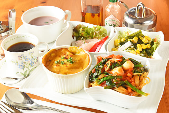 サラダ、日替わりスープ、日替わり前菜、パスタ、ドリア、飲み物、プチデザートがついたランチプレート