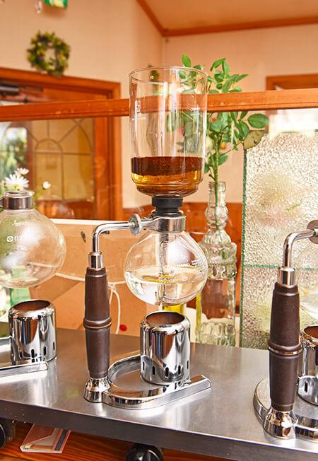 サイフォンでコーヒーを沸かしている様子