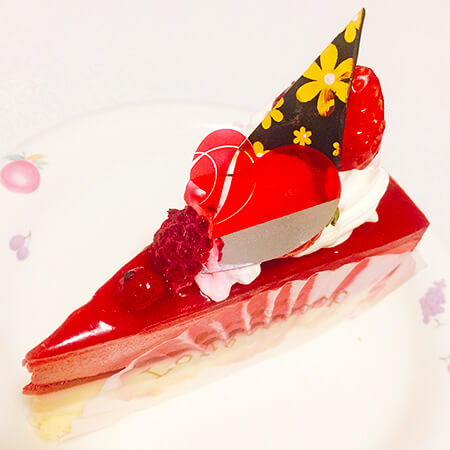 ロンシャン洋菓子店の赤いベリーのケーキ