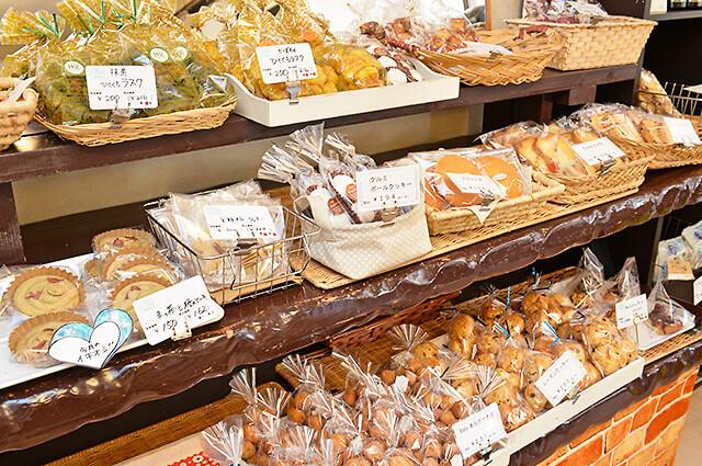 ベーカリーノアのいろいろな焼き菓子が並んだ棚