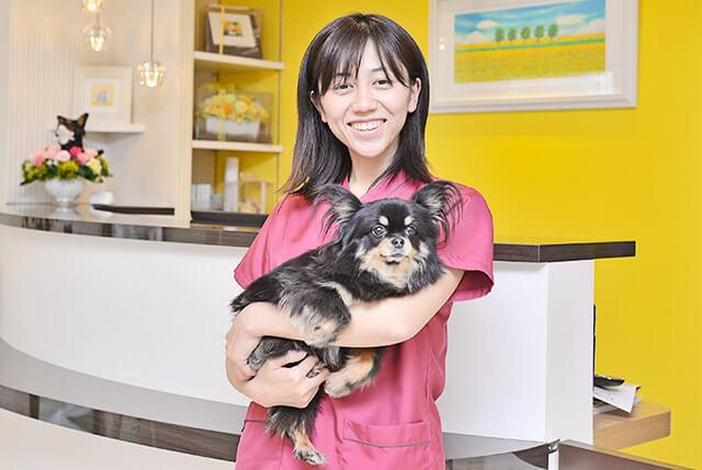 菜の花どうぶつ病院の内田二依菜院長と看板犬のリンちゃん