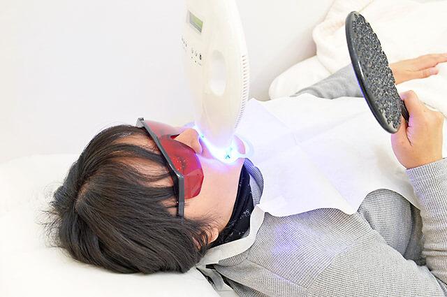 歯に直接光を照射している様子