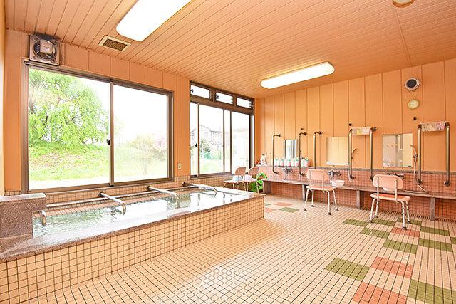 さくらがおかケアセンター氷室の広くて明るいお風呂