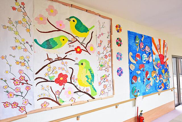 さくらがおかケアセンター氷室の廊下に飾られた大きな作品