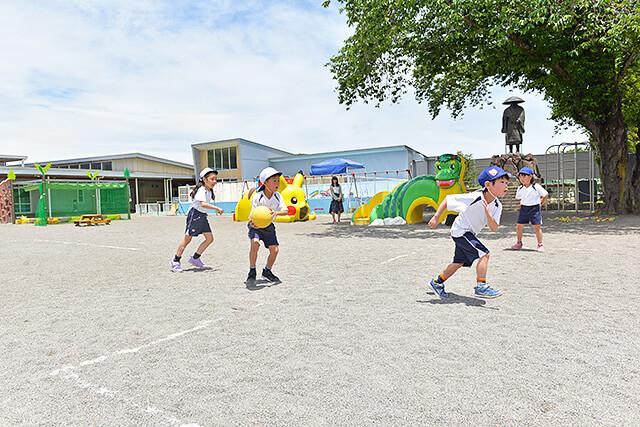 恵光幼稚園の広い園庭と園児たち
