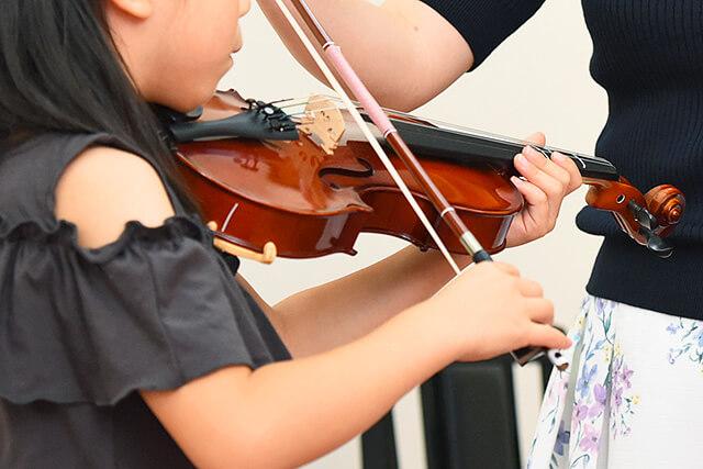 子どもがヴァイオリンを弾いている手元
