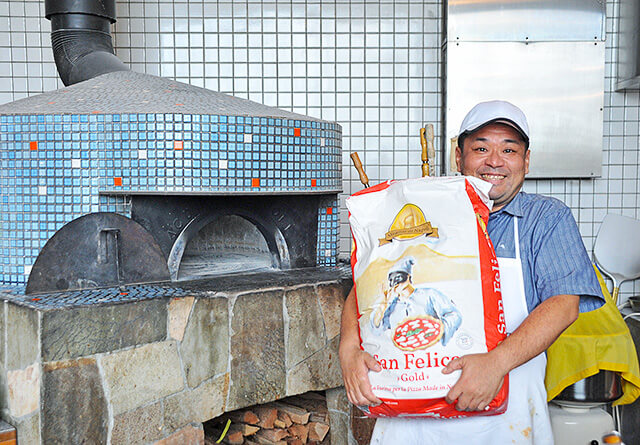 ナポリの窯職人が造ったピザ窯とオーナーの金子さん
