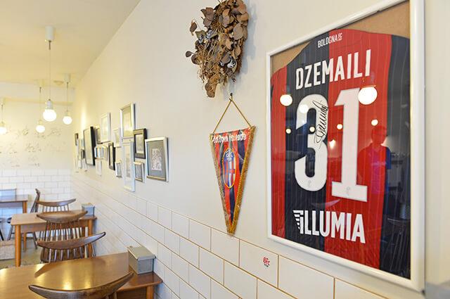 カフェIVANO店内にはイタリアのサッカーチーム「ボローニャ」のグッズやサインが飾られている