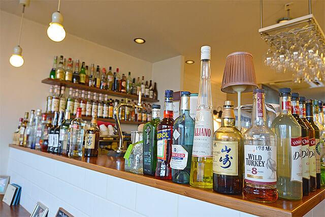 カフェIVANOの種類豊富なお酒が並ぶカウンター