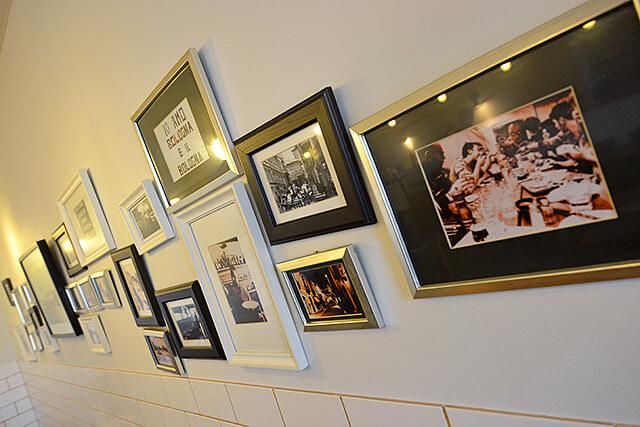 カフェIVANO店内壁に飾られたオーナーが撮影した海外の写真